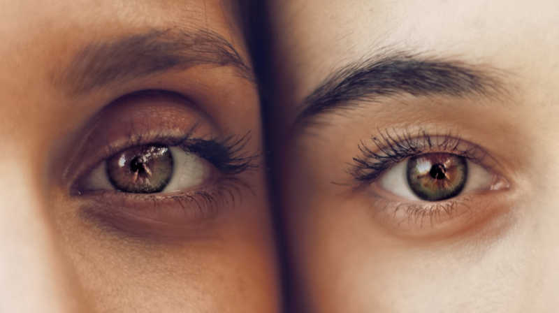 2 beautiful eyes, 2 people cheek to cheek